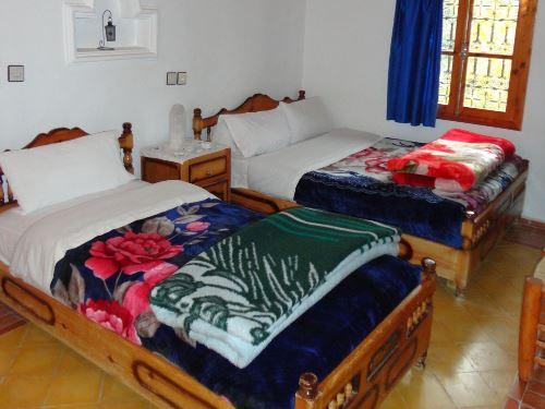 Zwei Betten im einfachen Zimmer
