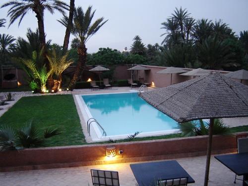 Pool mit großer Gartenanlage